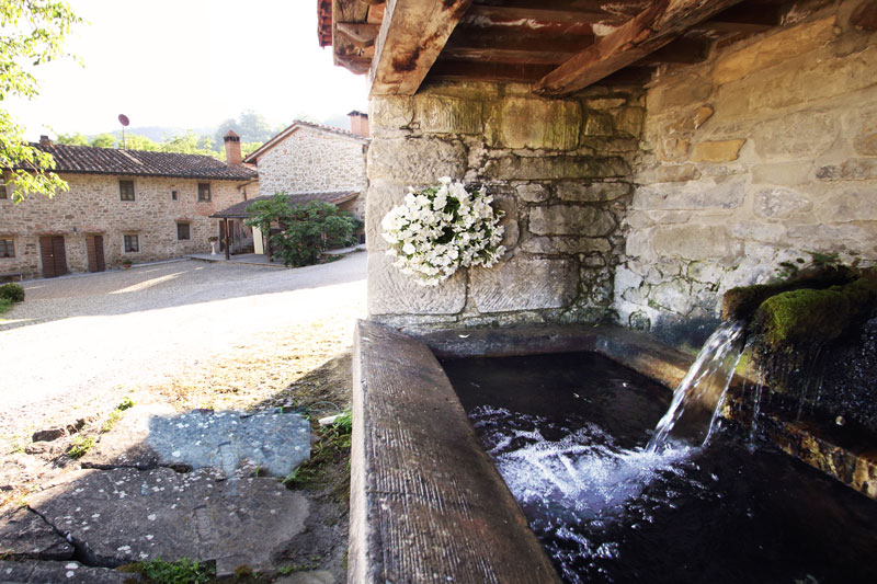 agriturismo toscano stile rustico fontana