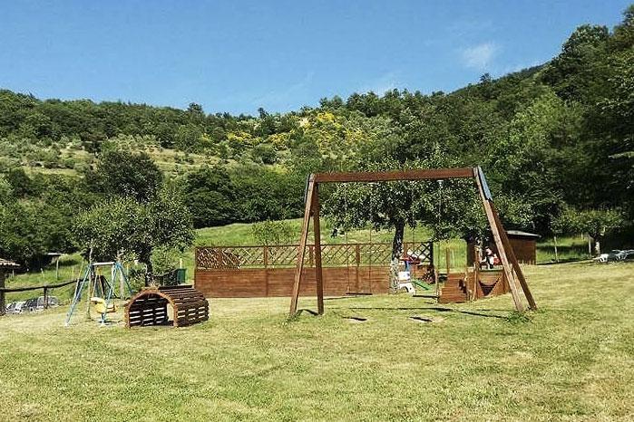 agriturismo toscano giardino prato altalena