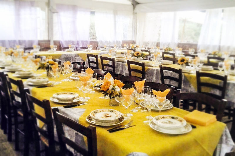 sala ricevimenti agriturismo allestimento tavoli